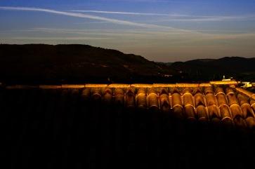 Montanhas, e telhado na sombra Carmo do Rio Claro. Jan19-1